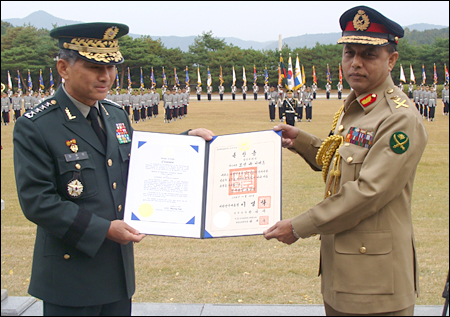 Bangladesh Army Chief of Staff Gen. Moeen U. Ahmed, right, poses with his counterpart Gen. Lim Choung-bin after receiving the Order of National Security Merit