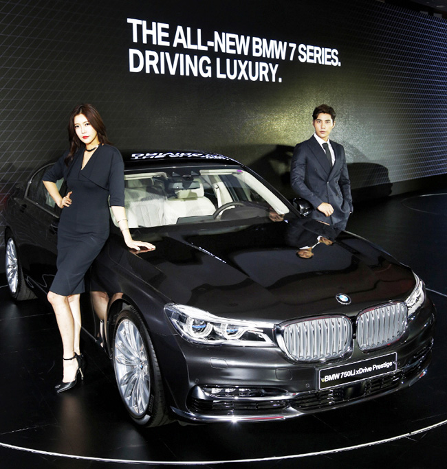 bmw launches new 7 series luxury limousine. Black Bedroom Furniture Sets. Home Design Ideas