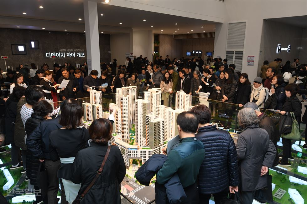 Gov't policies blamed for turning new apartments in southern Seoul into lottery